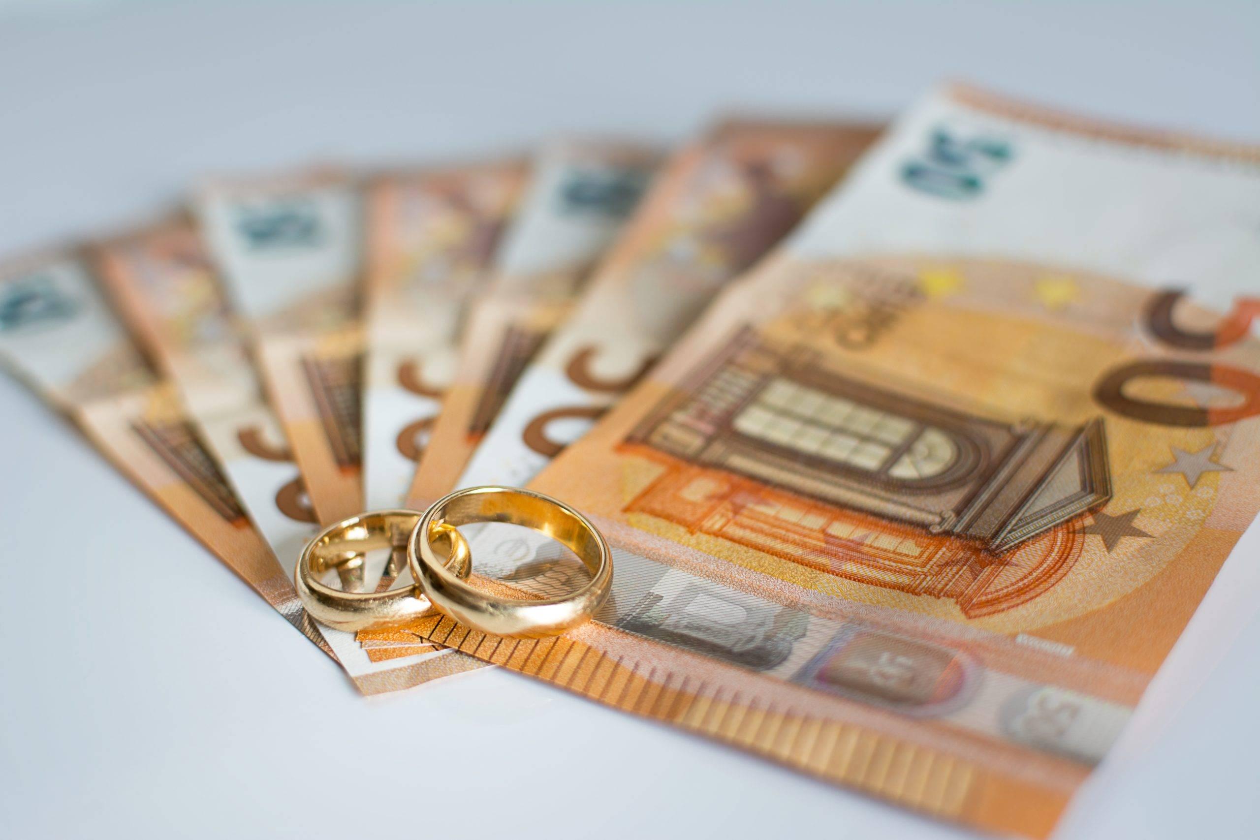Ehering und Banknoten